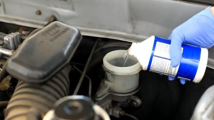 менять тормозную жидкость