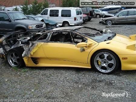 разбитый спорткар