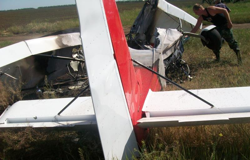 легкомоторный самолет врезался в авто
