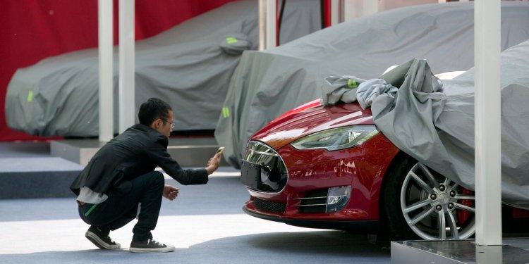 Авария электрокара Tesla привела к обвалу акций