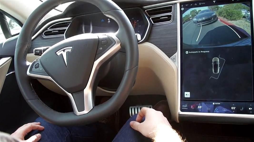Tesla начала обновлять софт